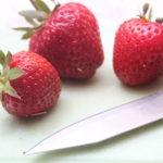 Diesen rötlichen Erdbeeren geht es gleich an den Kragen!