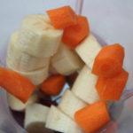 Bananen und Karotte in den Mixer geber